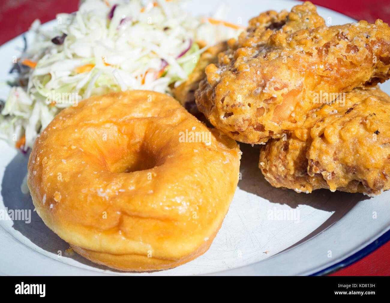 Fried Chicken und Donuts (gebratenes Huhn und Krapfen) von Erbarmen, einem beliebten us Southern Food Restaurant Stockbild