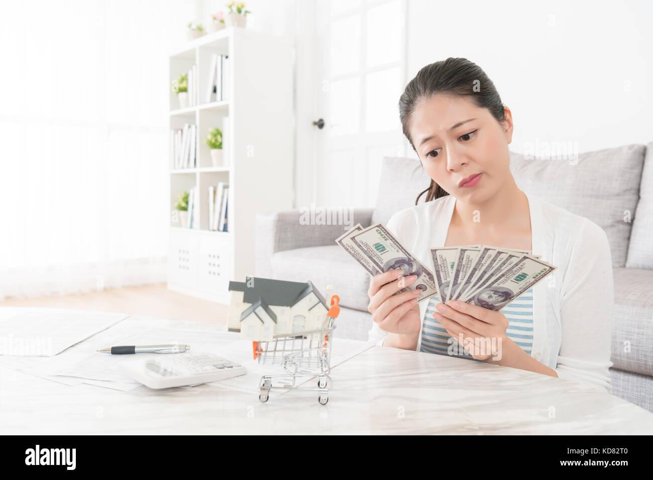 Junge Elegante Madchen Zahlen Einsparungen Geld In Wohnzimmer Gefuhl