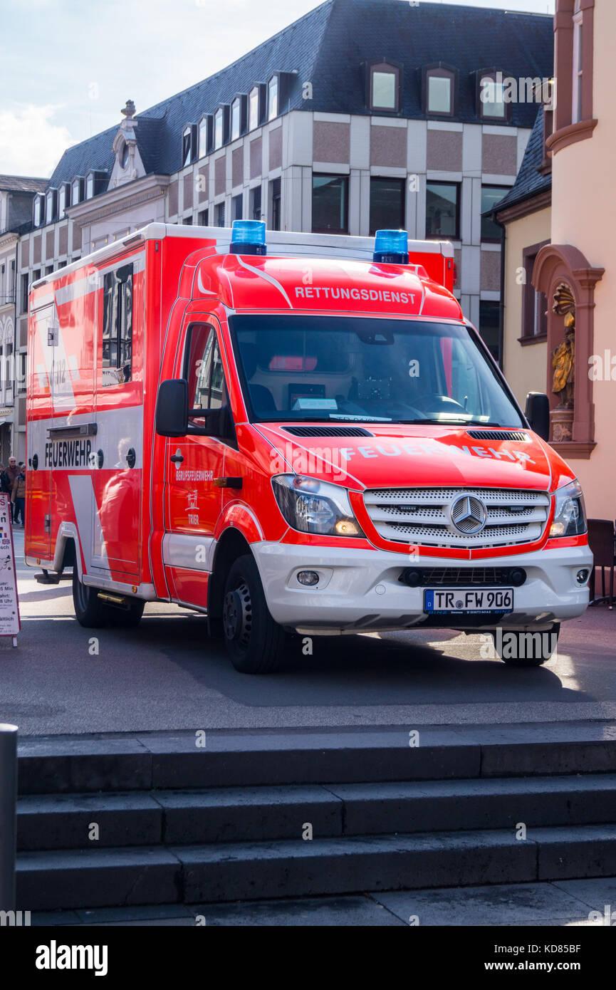 Mercedes Sprinter Betreut Eine Verletzte Touristen Porta Nigra Stockbild With Mieten Trier