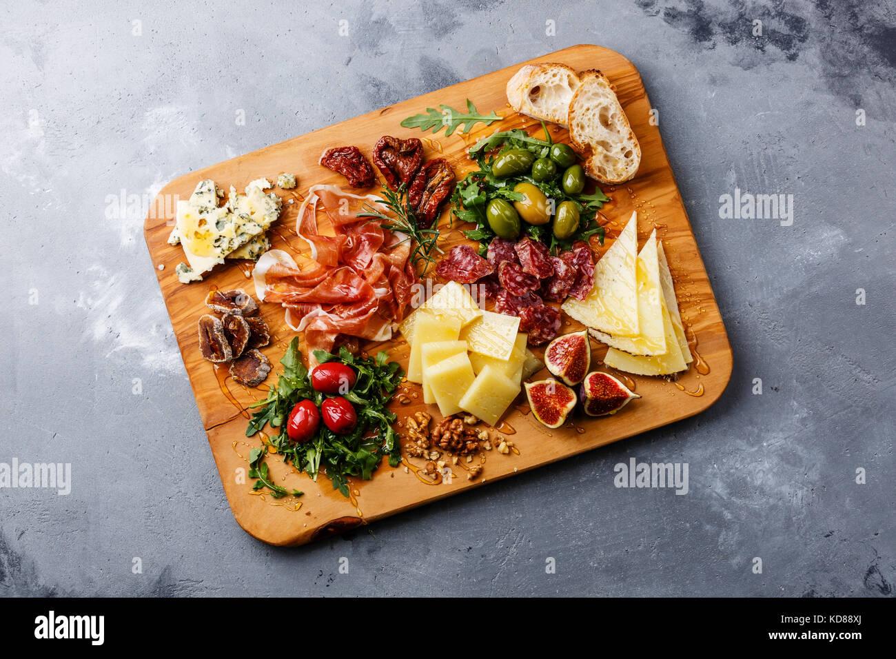 Italienische Snacks essen mit Schinken, Oliven, Käse, getrockneten Tomaten, Wurst und Brot auf Holz Schneidebrett Stockbild