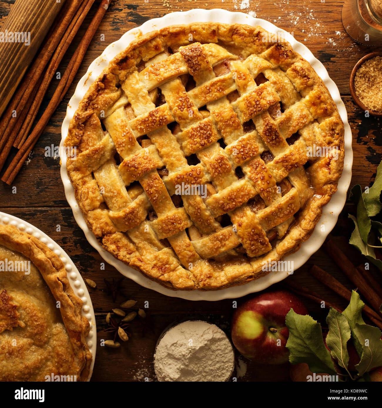 Apfelkuchen mit Gitter Stockfoto