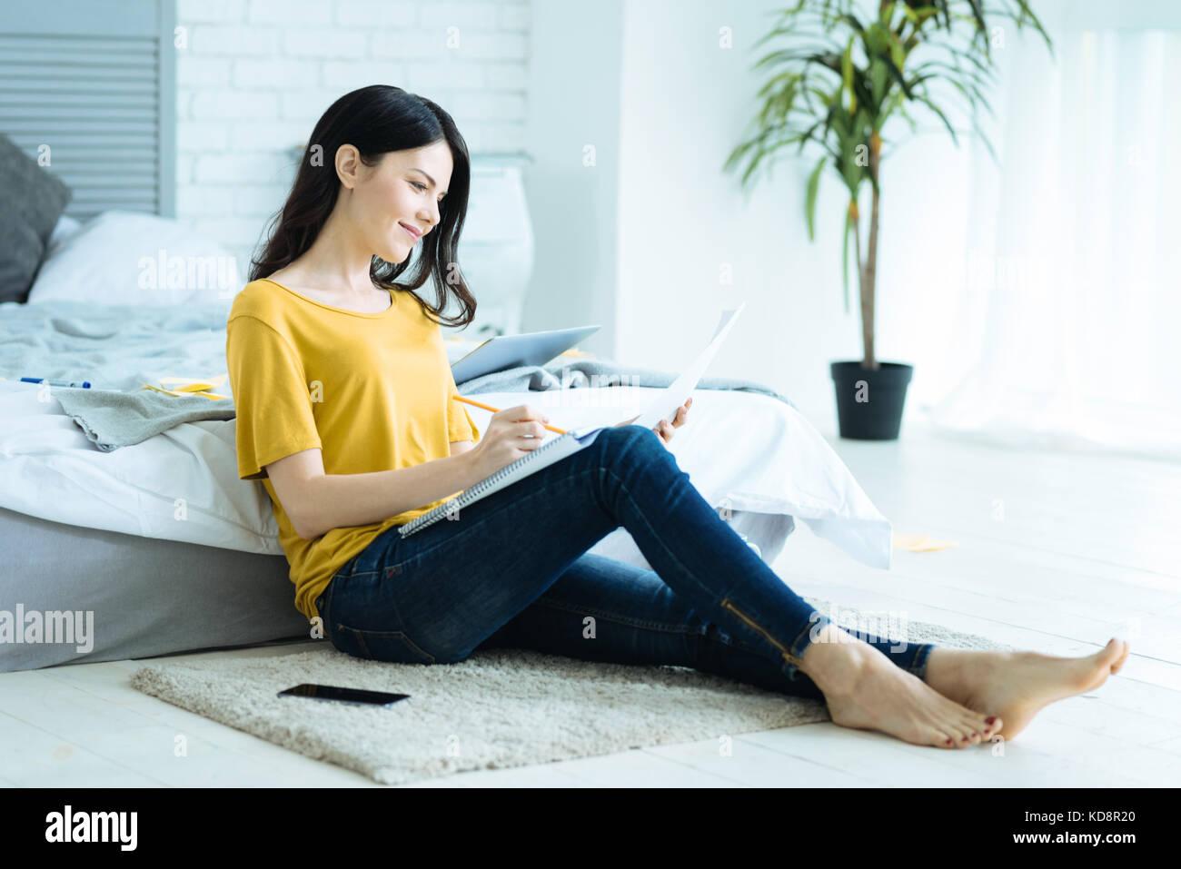 Entspannt selbständige Dame, die von zu Hause aus arbeiten Stockbild