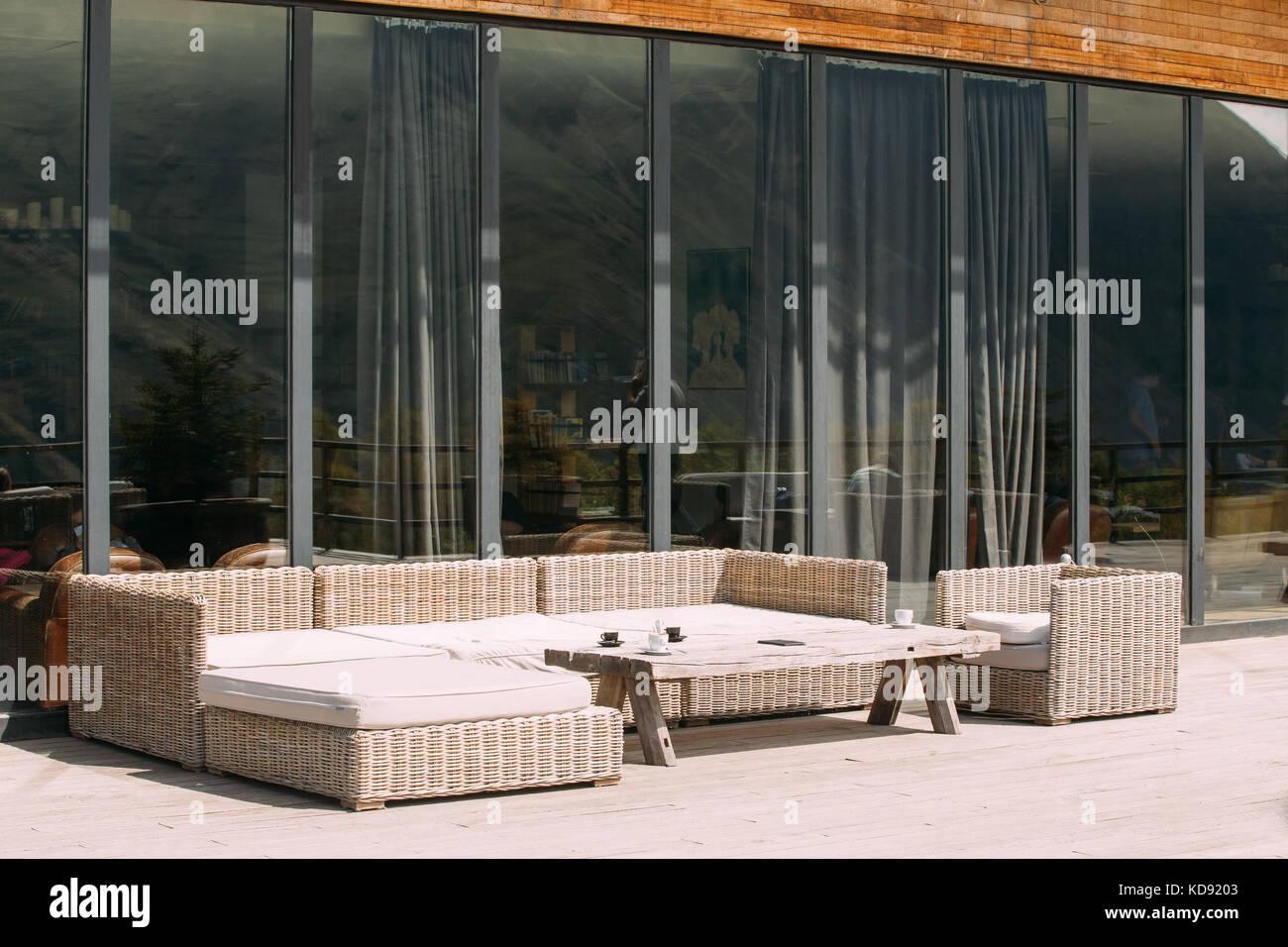 Korbmöbel auf Balkon an sonniger Sommertag. home Exterieur mit Tisch ...