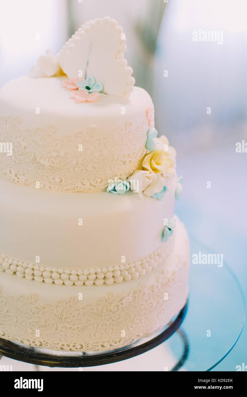 Die Hochzeitstorte Mit Blauen Und Gelben Blumen Geschmuckt Stockfoto