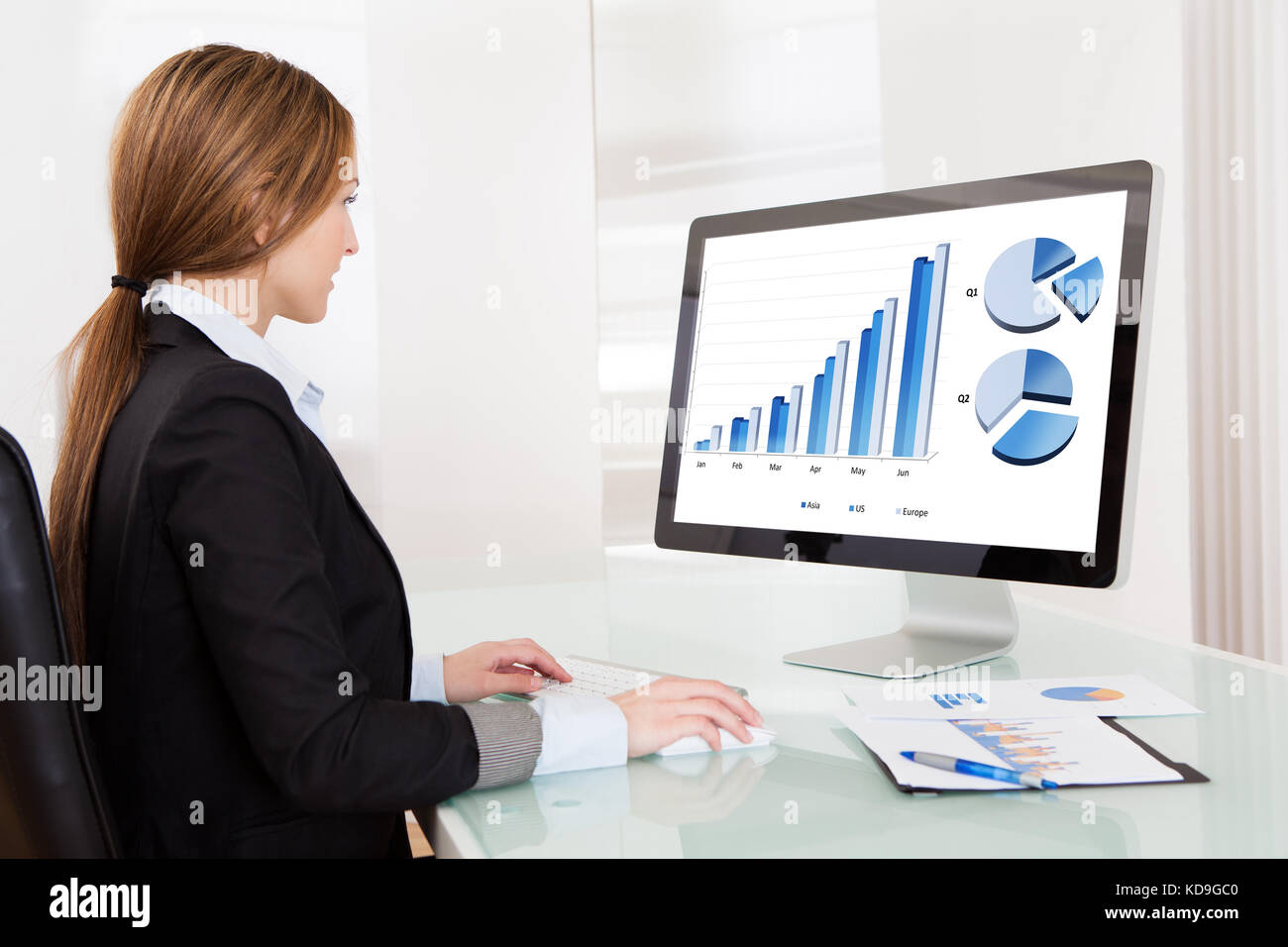 Business Analyst Frau Arbeiten am Computer im Büro Stockbild
