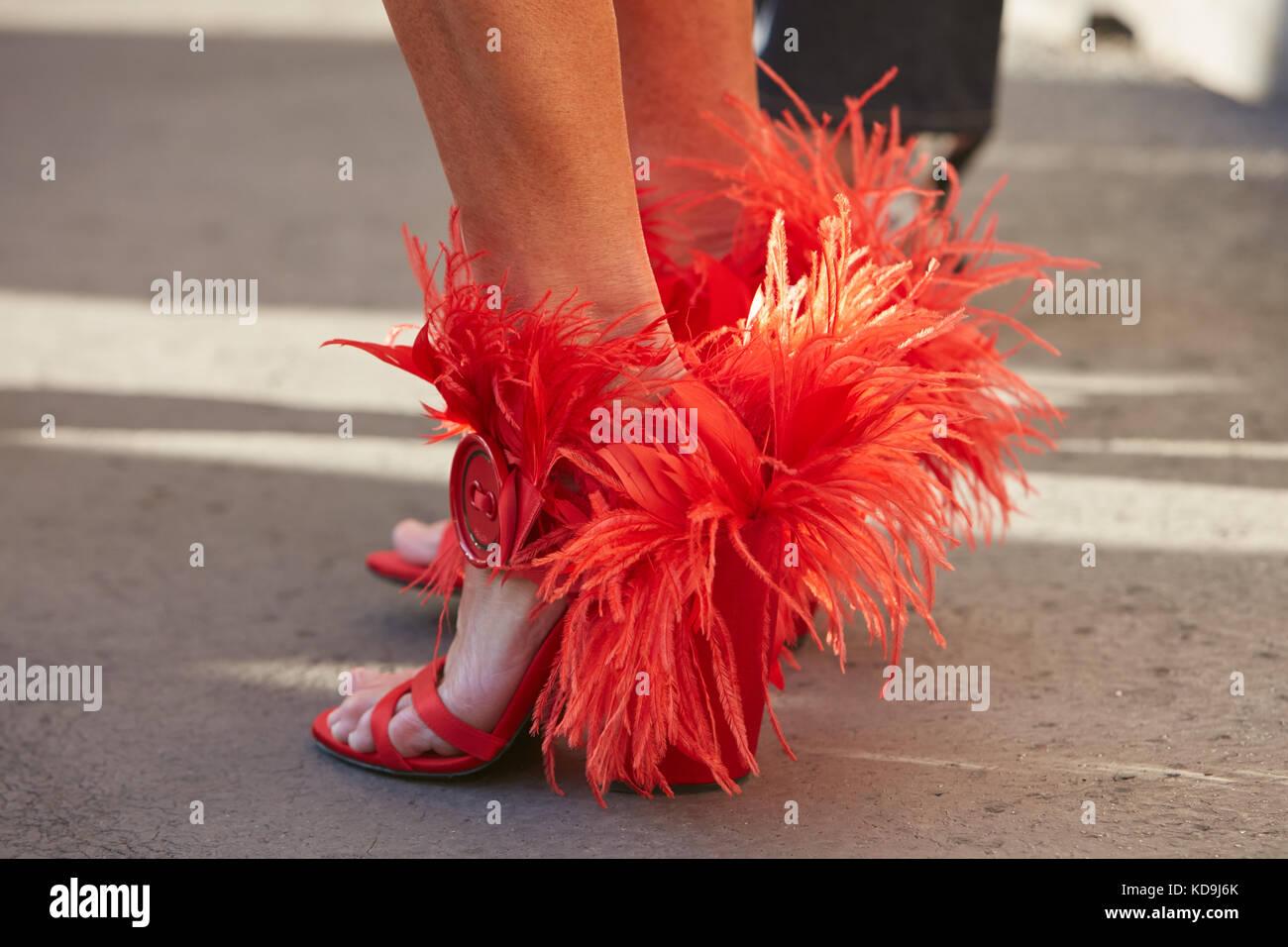 586d7f4c13bf7 September  Frau mit roten Prada Schuhe mit Federn vor Prada fashion show