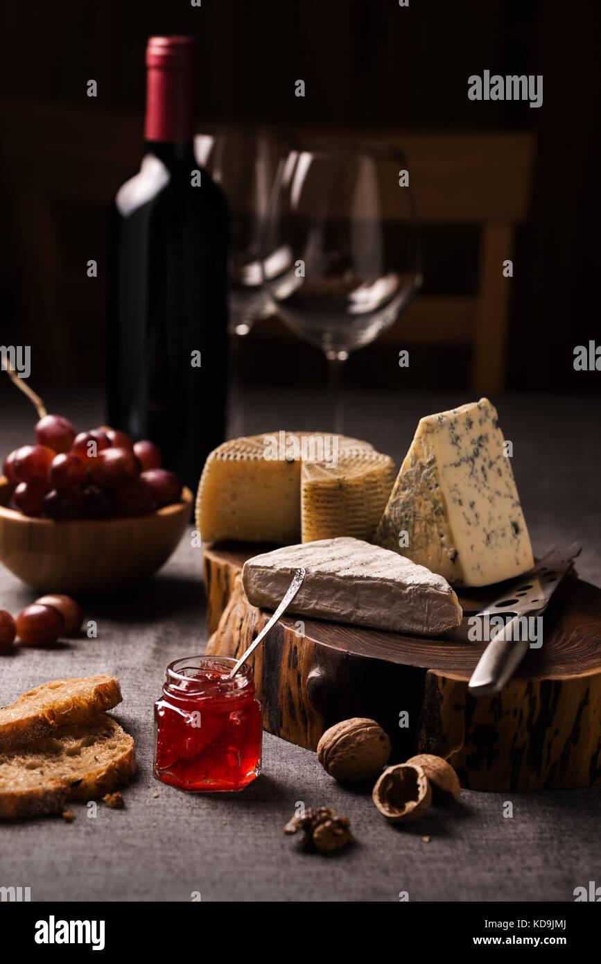 Käse, Wein und Obst Stockbild
