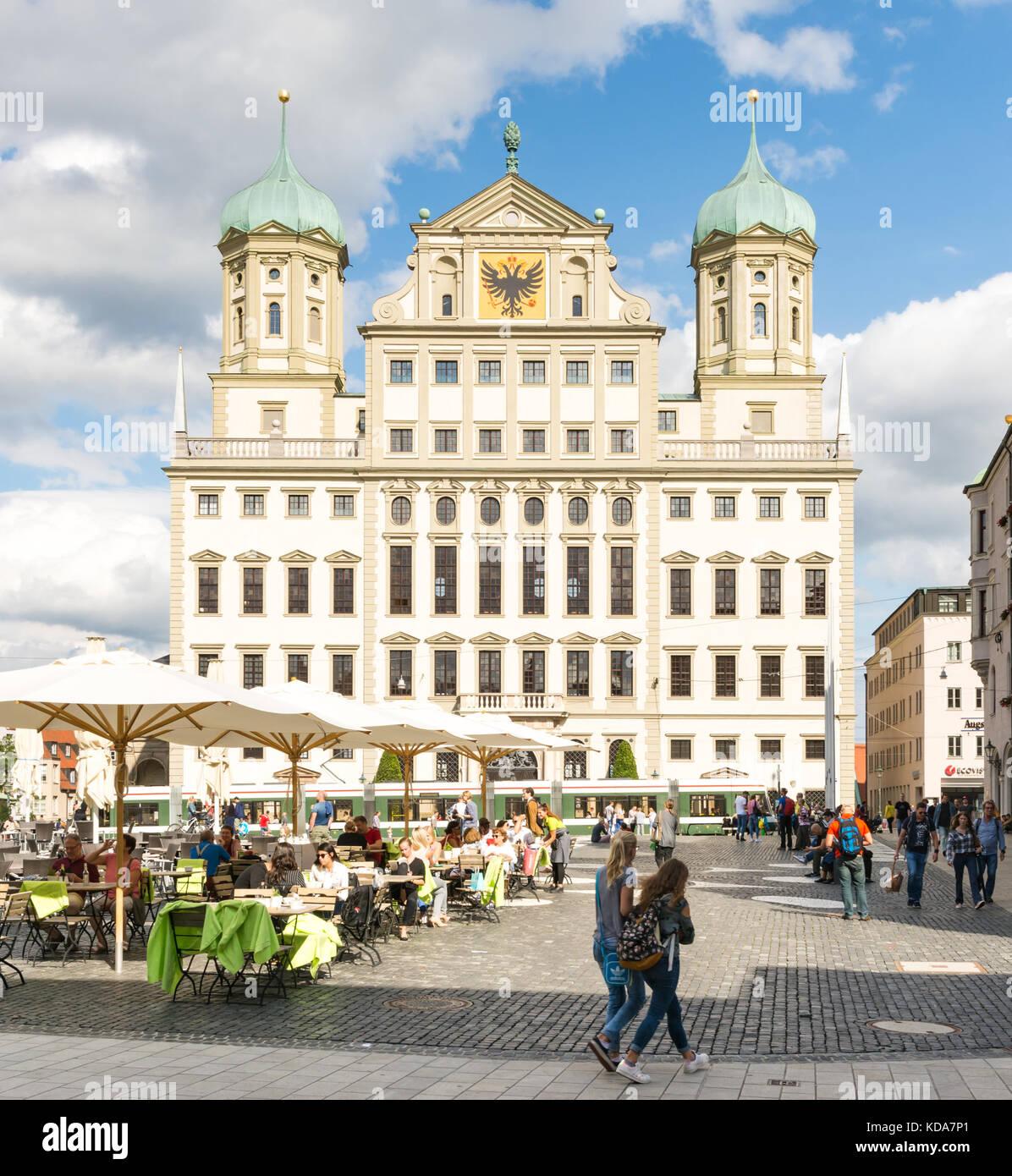 Augsburg, Deutschland - 19. August: Touristen am Rathausplatz in Augsburg, Deutschland Am 19. August 2017. Augsburg Stockbild