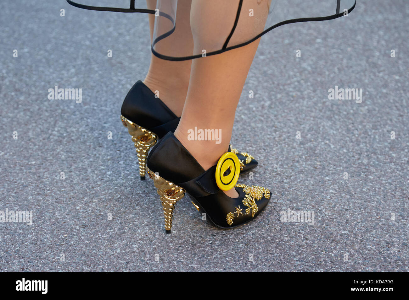 e9e81ad1f67b4 September  Frau mit Prada Schuhe mit goldenen Ferse und gelbe Taste