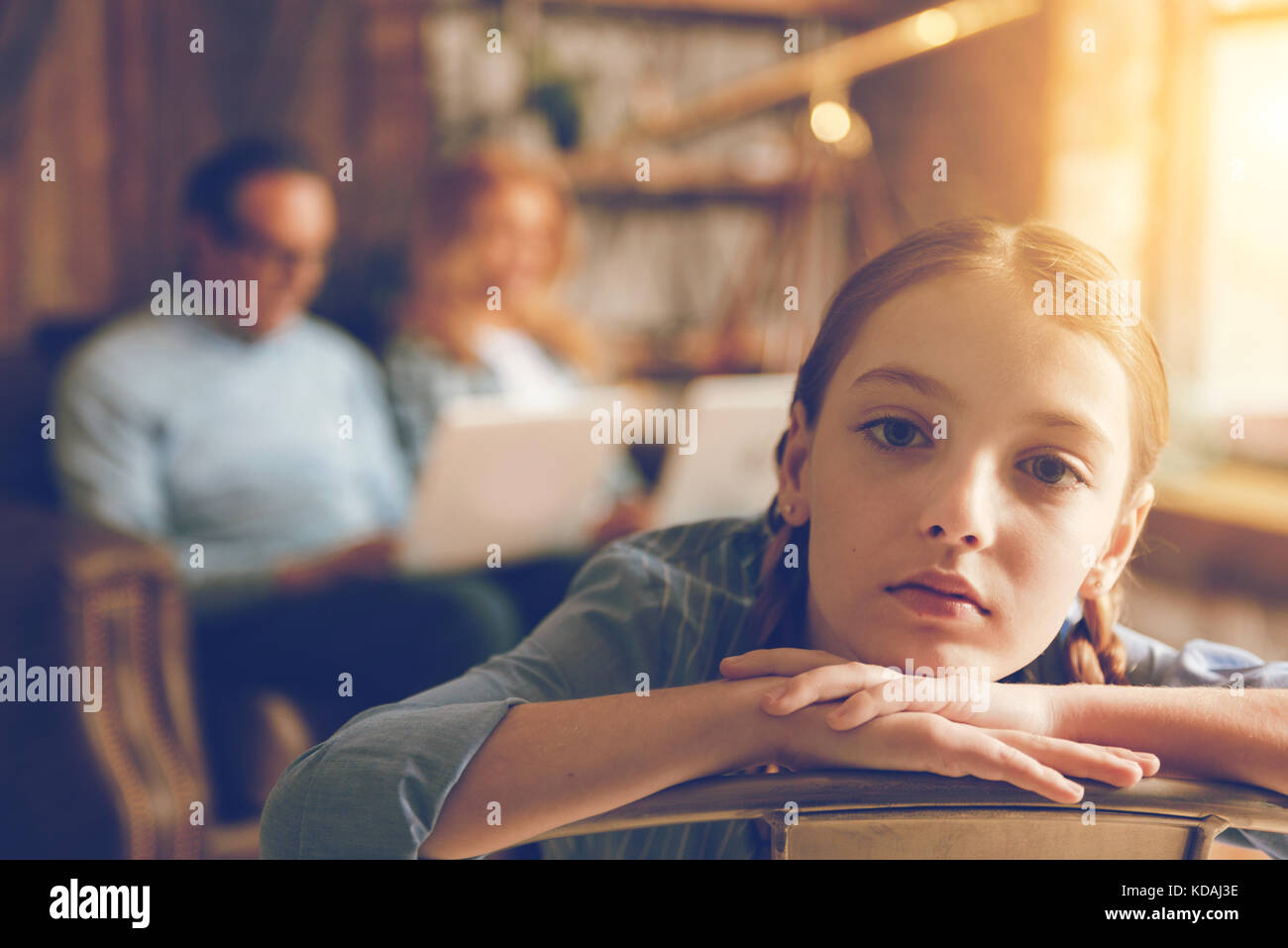 Gelangweilt einsam Mädchen schauen in die Kamera zu Hause Stockfoto ...