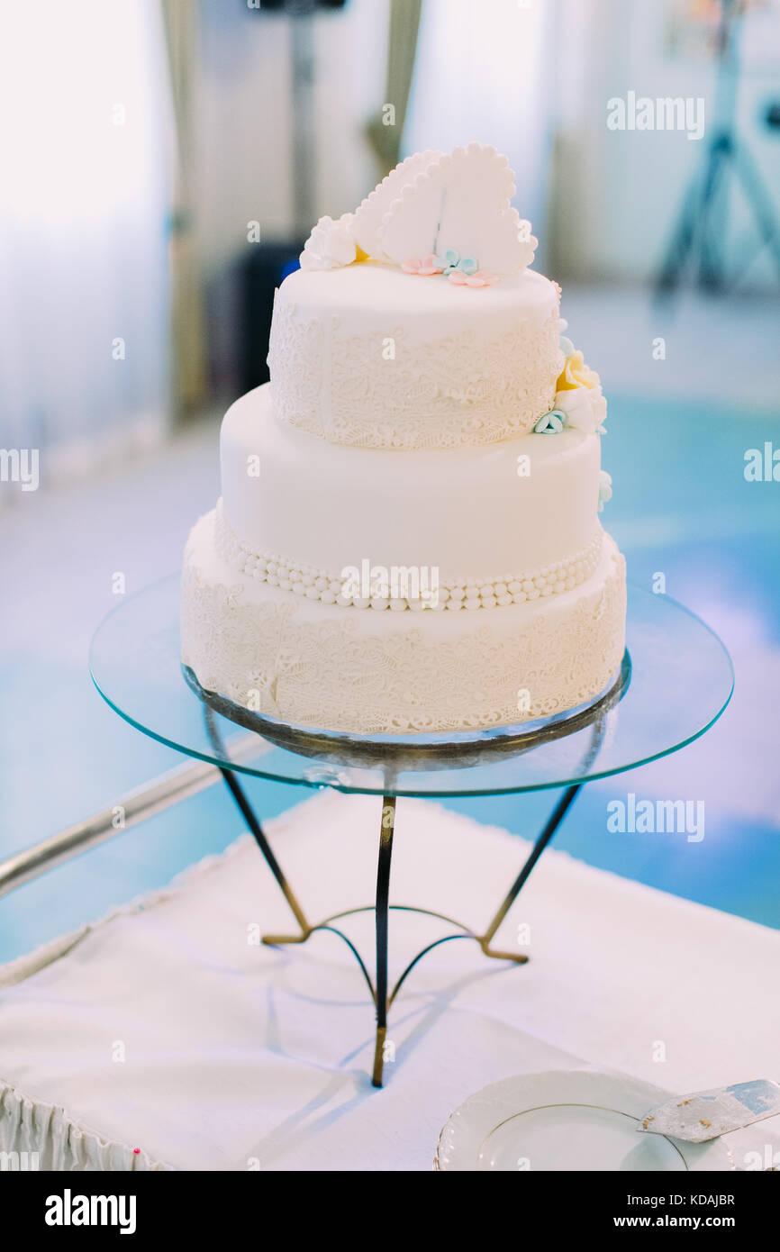 Die Hochzeitstorte Mit Schonen Gelben Und Blauen Blumen Geschmuckt