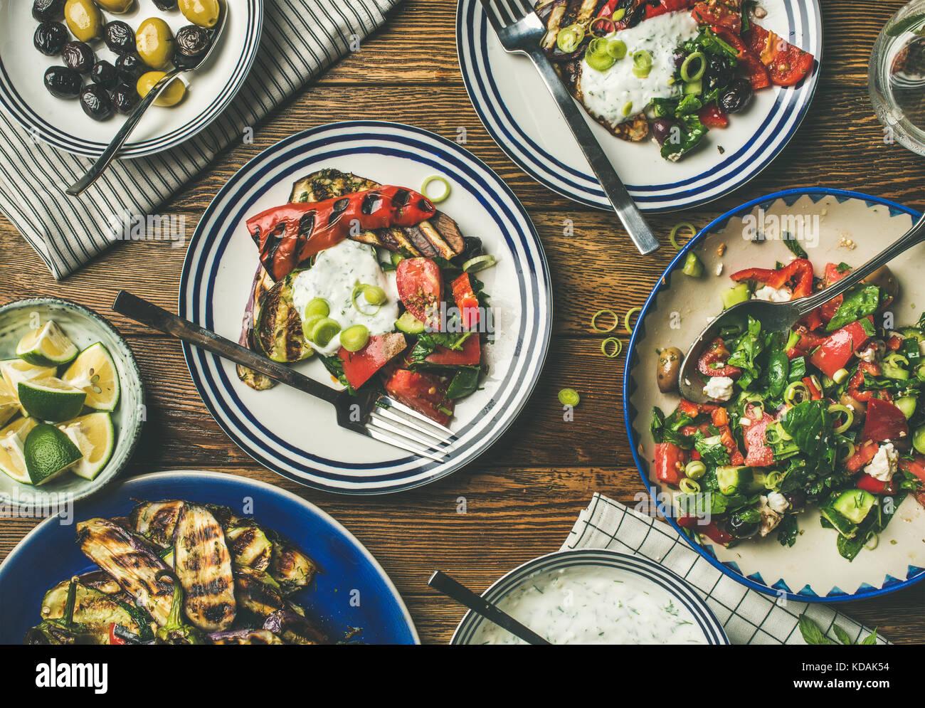 Flachbild-lay der gesunden Abendessen gedeckten Tisch mit grünem Salat Stockbild