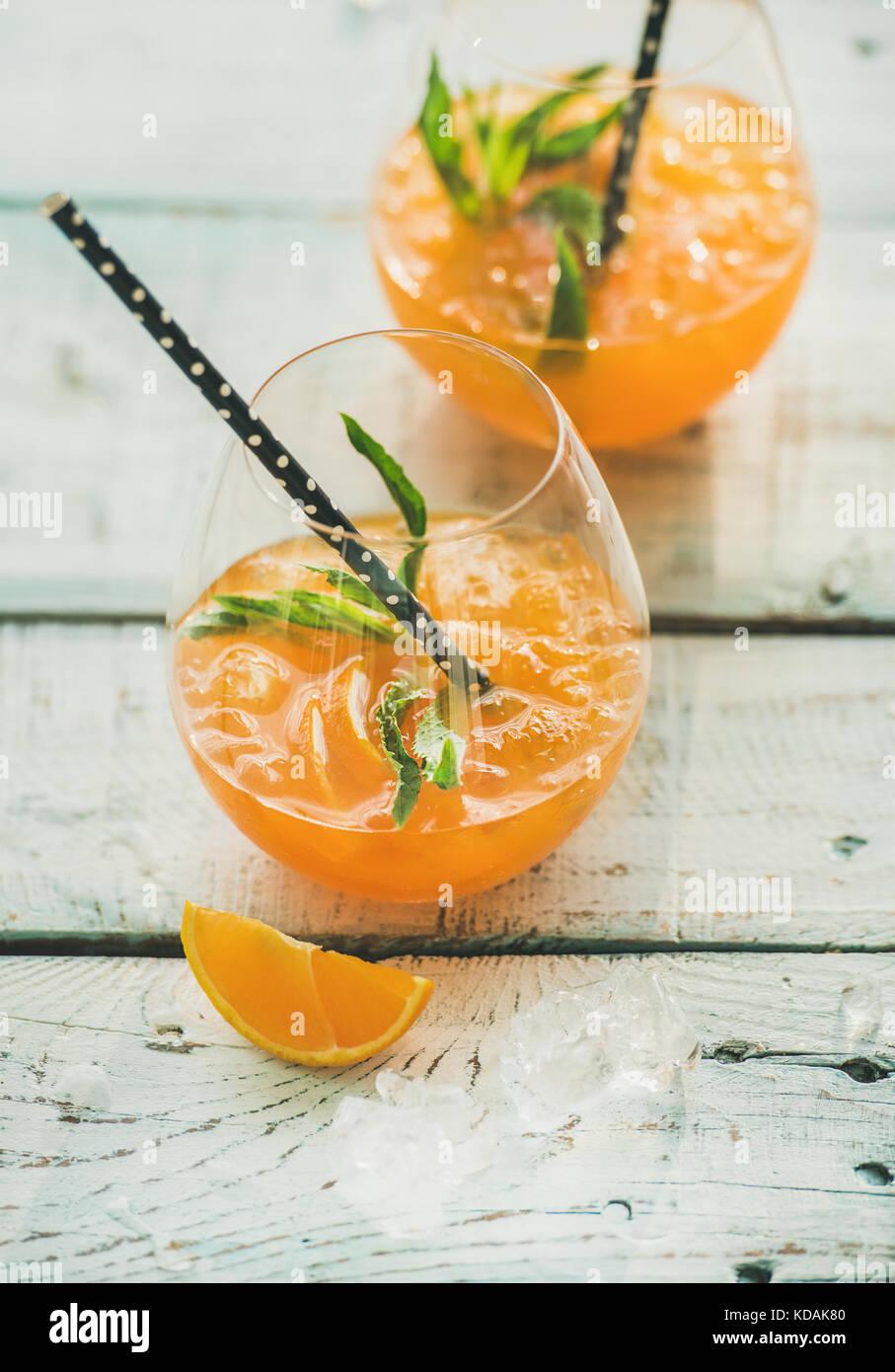 Erfrischende kalte alkoholische Sommer Cocktail mit Orangen in Gläsern Stockbild