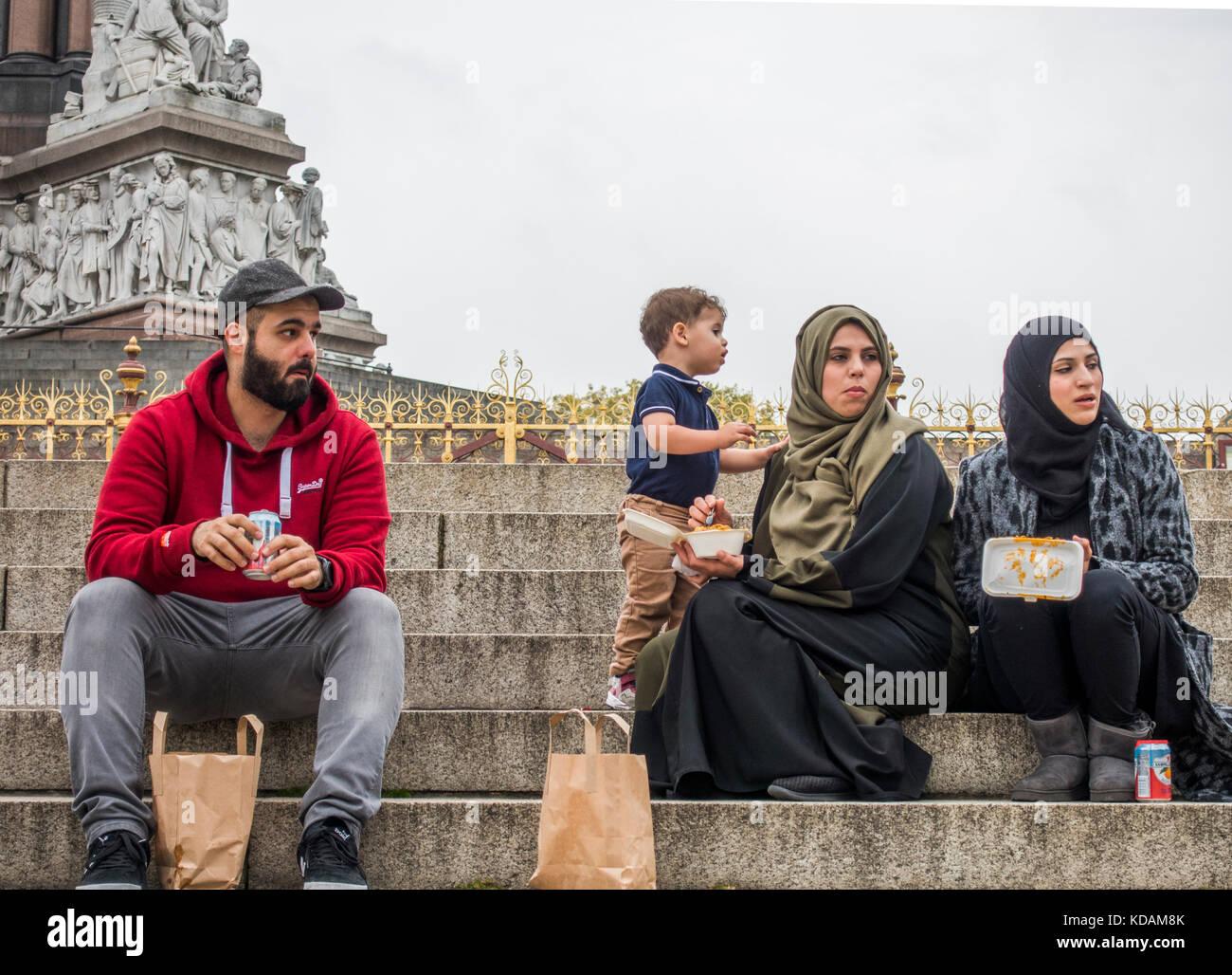 muslim family eating stockfotos muslim family eating bilder alamy. Black Bedroom Furniture Sets. Home Design Ideas