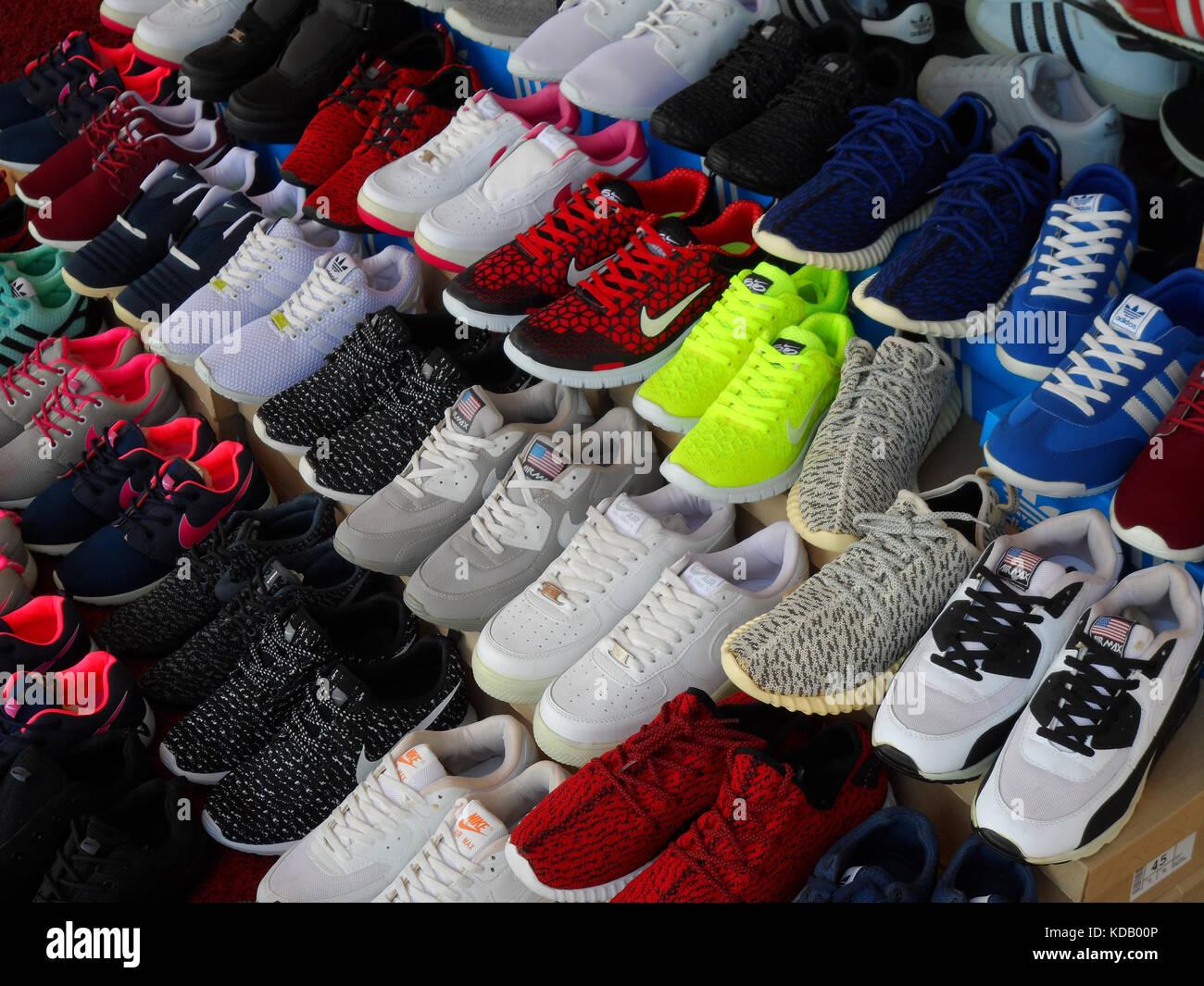 957c0dedb05a3d Eine Anzeige der Sportschuhe für den Verkauf in einem Shop in Icmeler