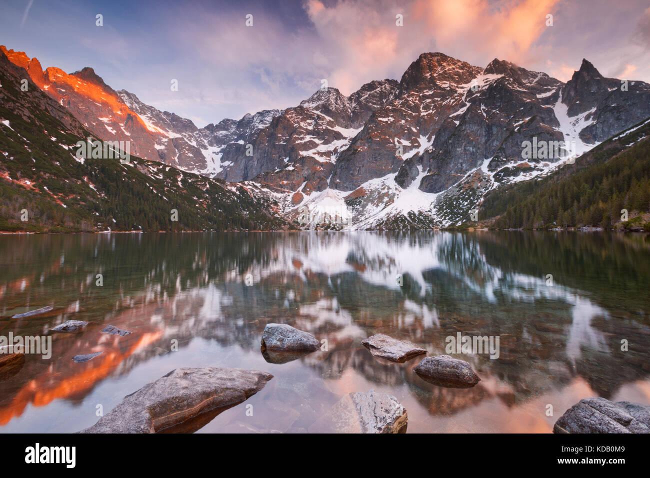 Die Morskie Oko See in den Bergen der Hohen Tatra in Polen, bei Sonnenuntergang fotografiert. Stockbild