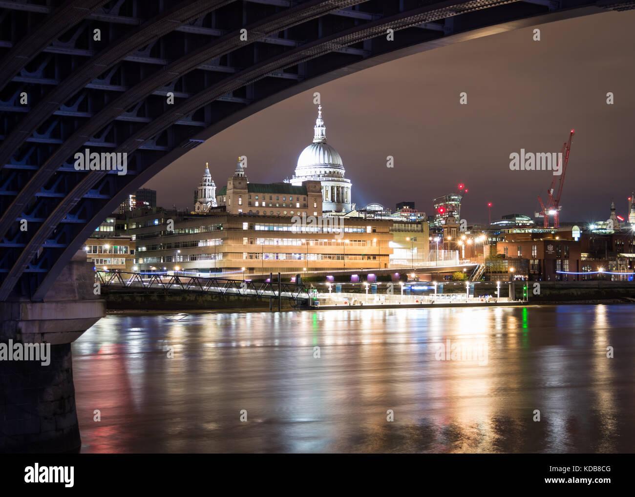 Ein Blick auf die St. Paul's Kathedrale, von der Blackfriars Bridge in London, Großbritannien. Stockbild
