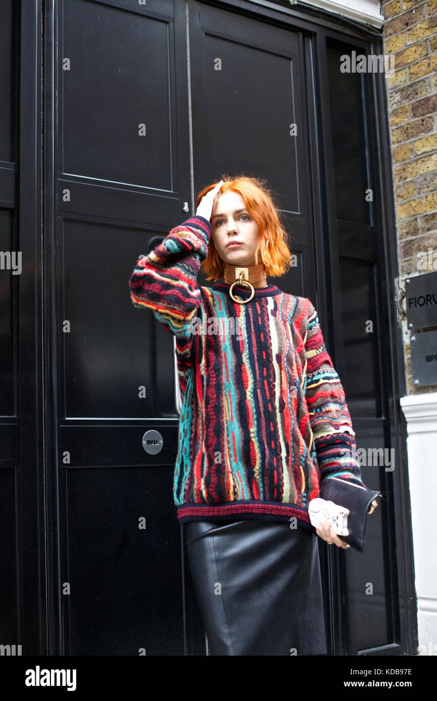 Modische Frau posiert vor der Tür während der London Fashion Week street style 2016 *** für redaktionelle Stockbild