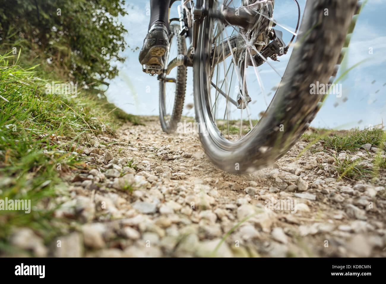 Mountainbike auf einer Schotterstraße Stockbild