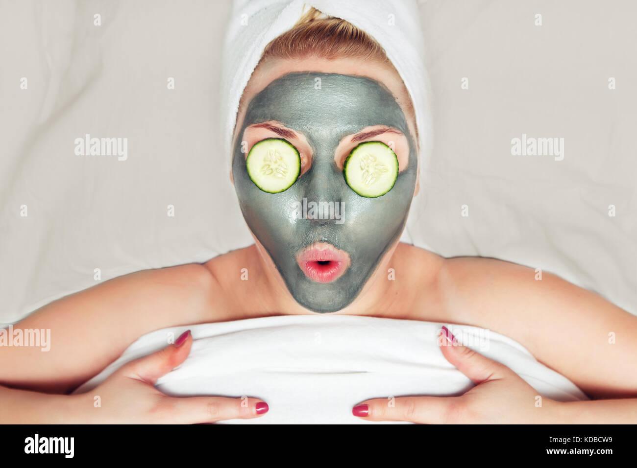 attraktive lustige frau mit einem clay mask auf ihrem gesicht das konzept von wellness und. Black Bedroom Furniture Sets. Home Design Ideas