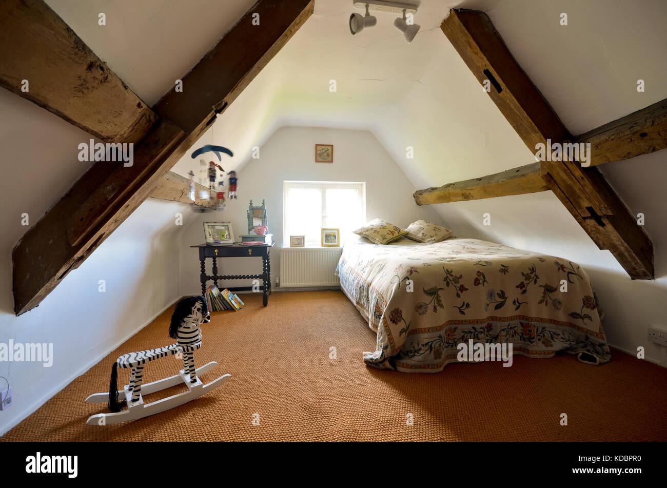 Dachgeschoss Schlafzimmer Mit Original Eichenbalken Stockfoto Bild