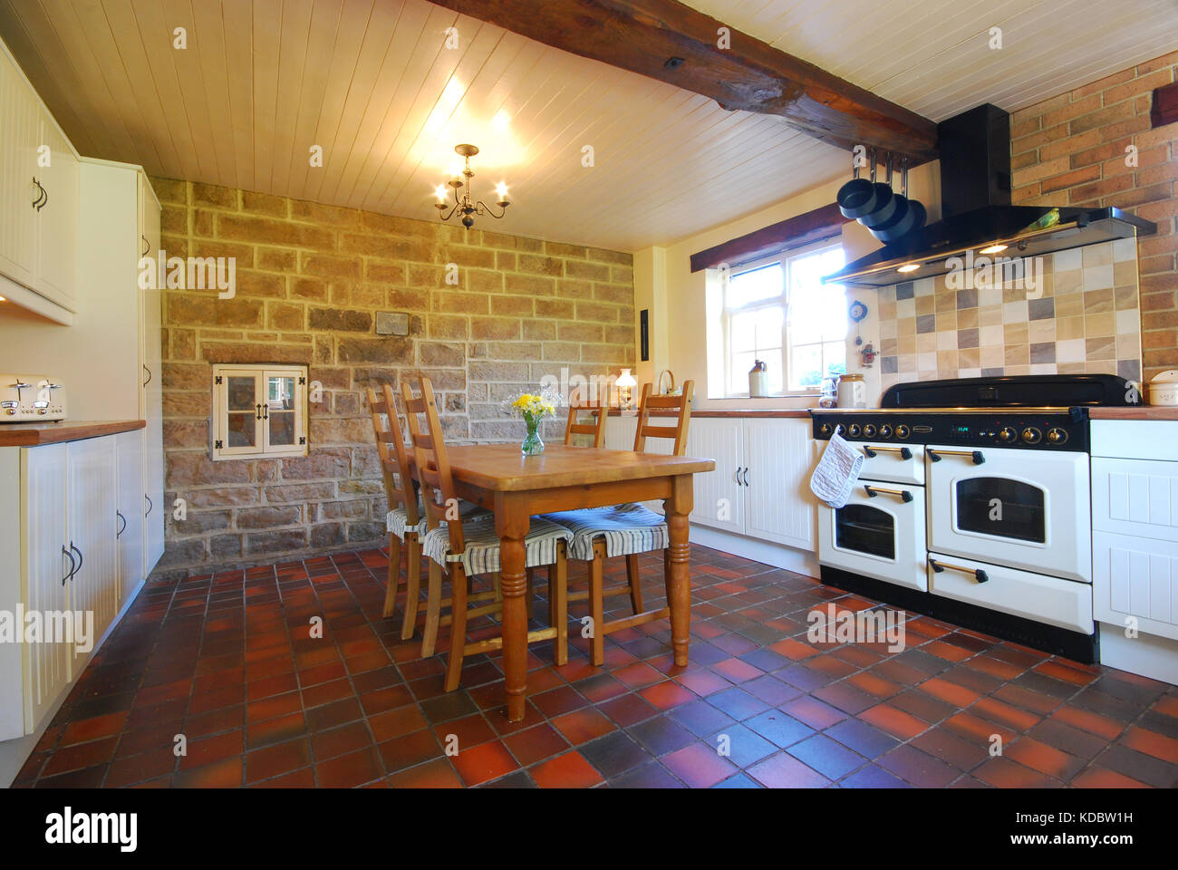 Bauernhof Küche mit Terracotta Fliesen und Naturstein arbeiten ...