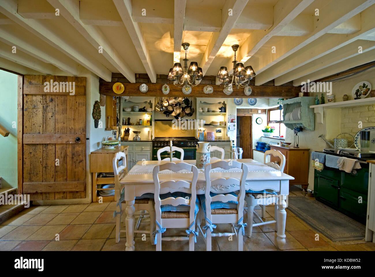Bauernhaus Kuche Und Essbereich Mit Weissen Tisch Und Holzbalken Stockfotografie Alamy