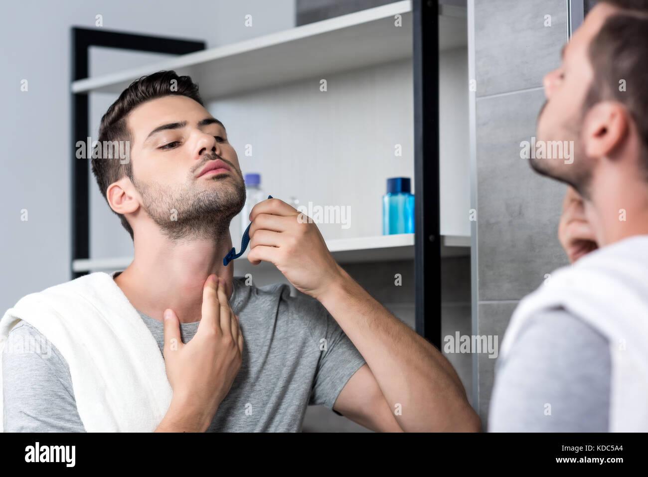 junger Mann rasieren Stockbild