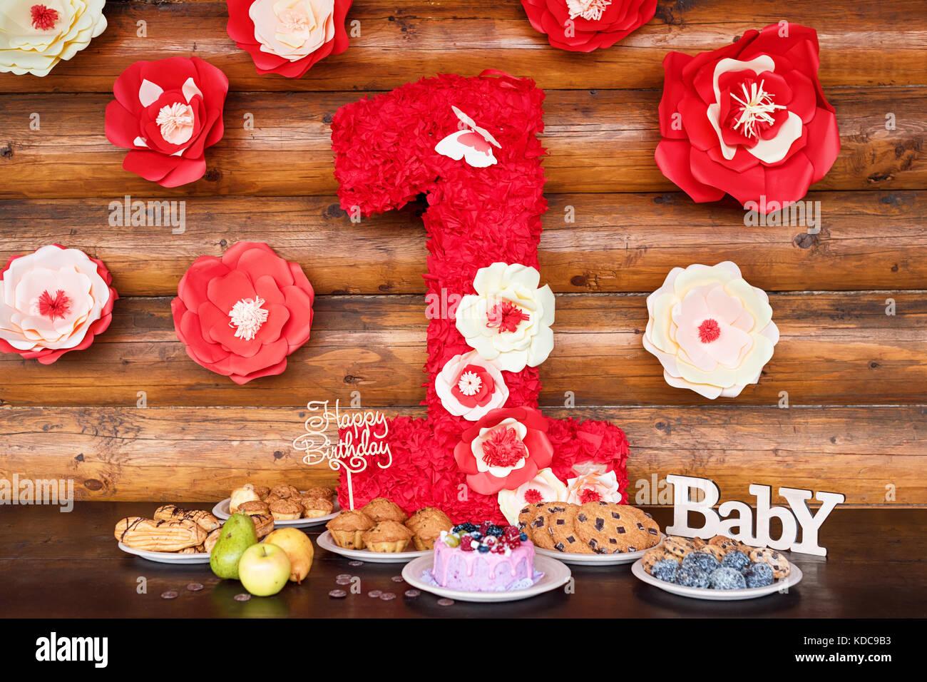Geburtstag Kuchen Und Muffins Mit Hölzernen Gruß Anzeichen Auf Rustikalen  Hintergrund. Holz  Singen Mit Buchstaben Happy Birthday, Baby Und Urlaub ...