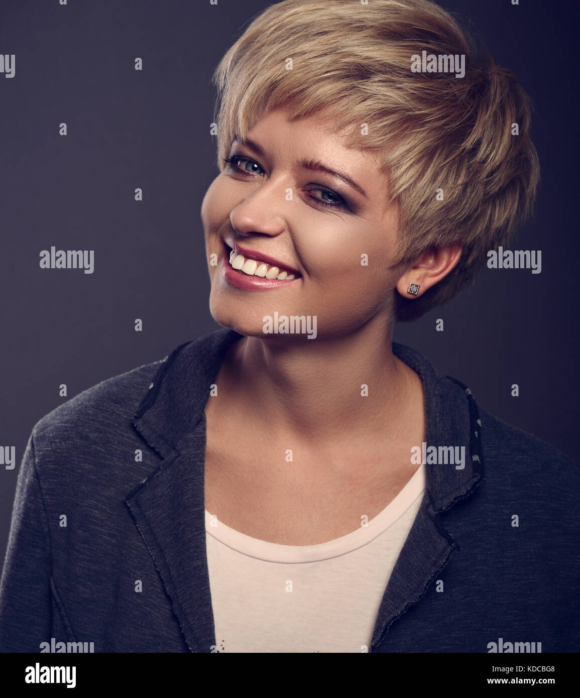 Happy Toothy Lächeln Junge Blonde Frau Mit Kurzen Bob Frisur In