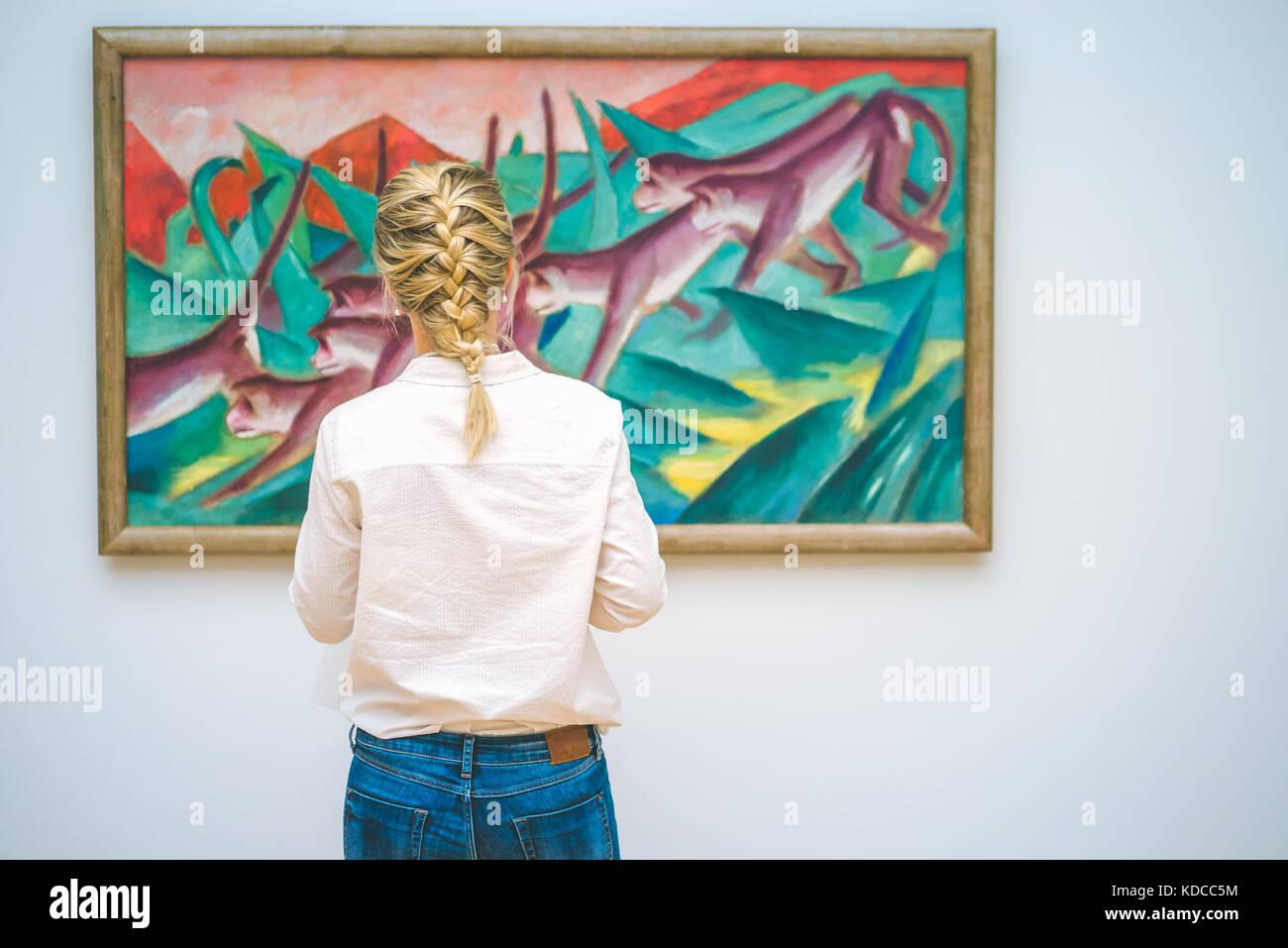 HAMBURG, DEUTSCHLAND - 9. JULI 2017: Hamburger Kunsthalle Kunst Museum. Jung Frau vor der Malerei Stockbild