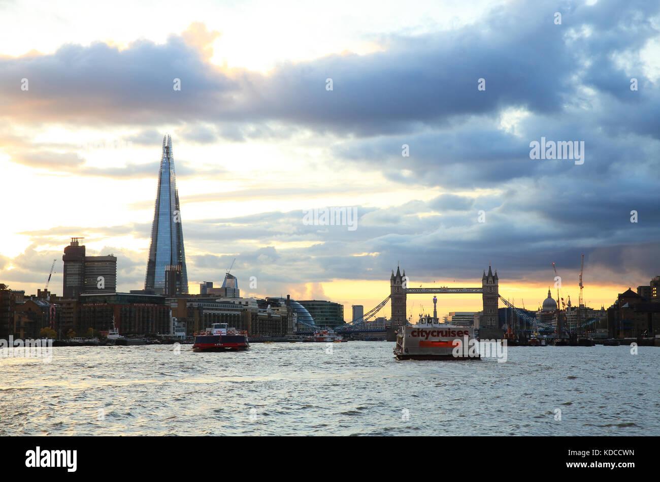 Skyline von London mit dem Shard und Tower Bridge, bei Sonnenuntergang, in England, Großbritannien Stockfoto