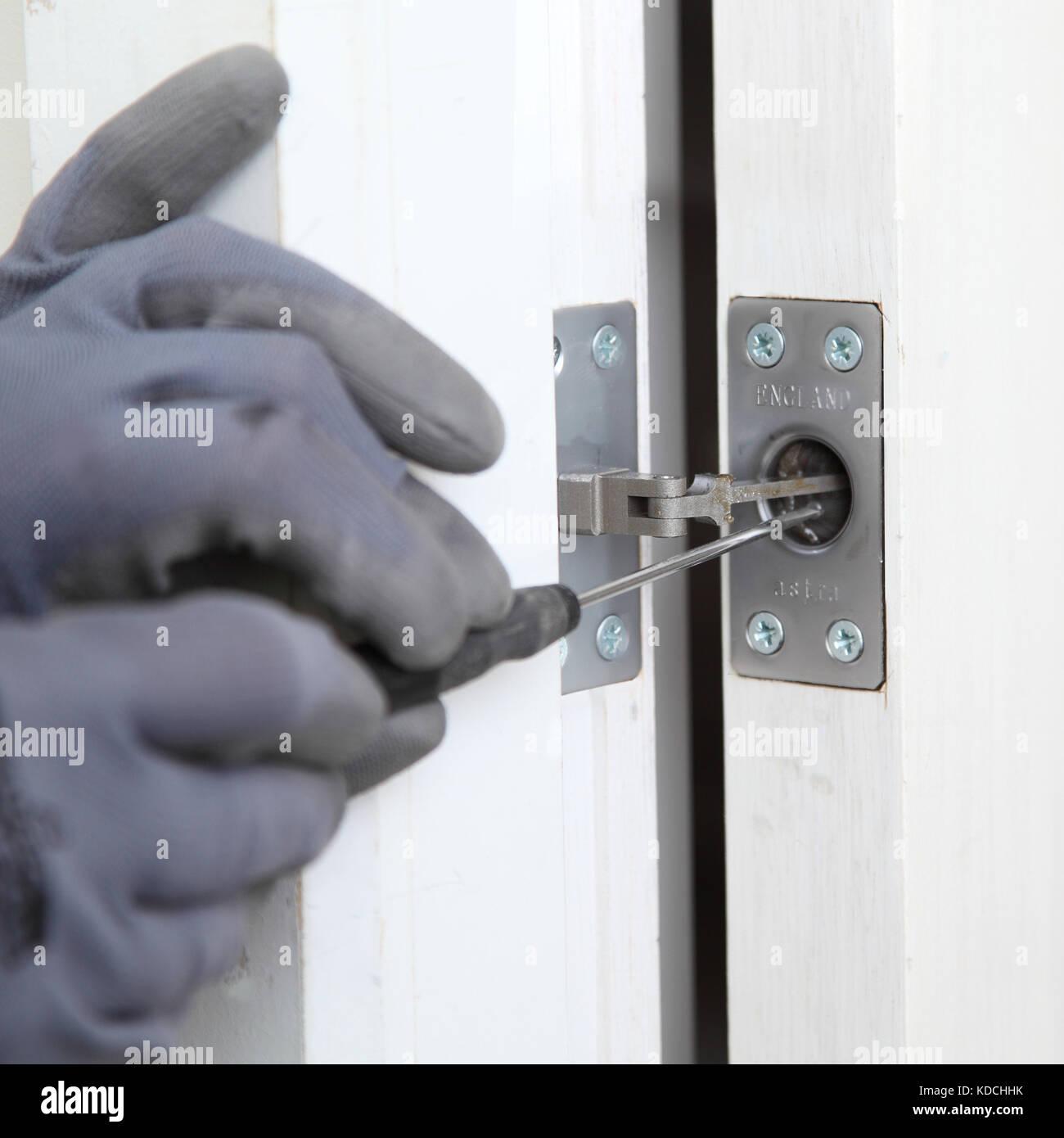 Ein Arbeiter installiert ein näher an eine neue Brandschutztür im ...