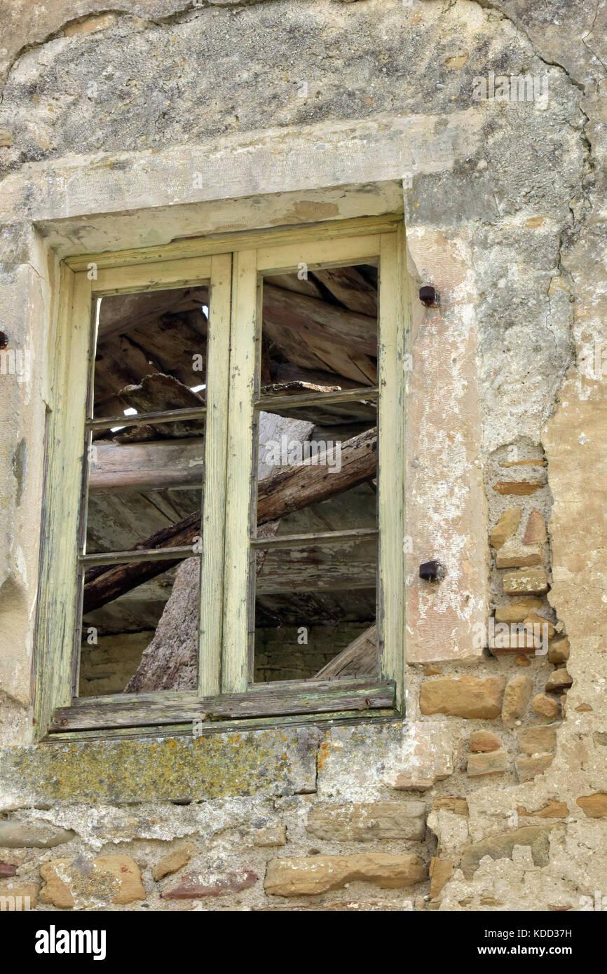 Eine alte Fensterrahmen mit Stein Sturz auf einer verlassenen ...
