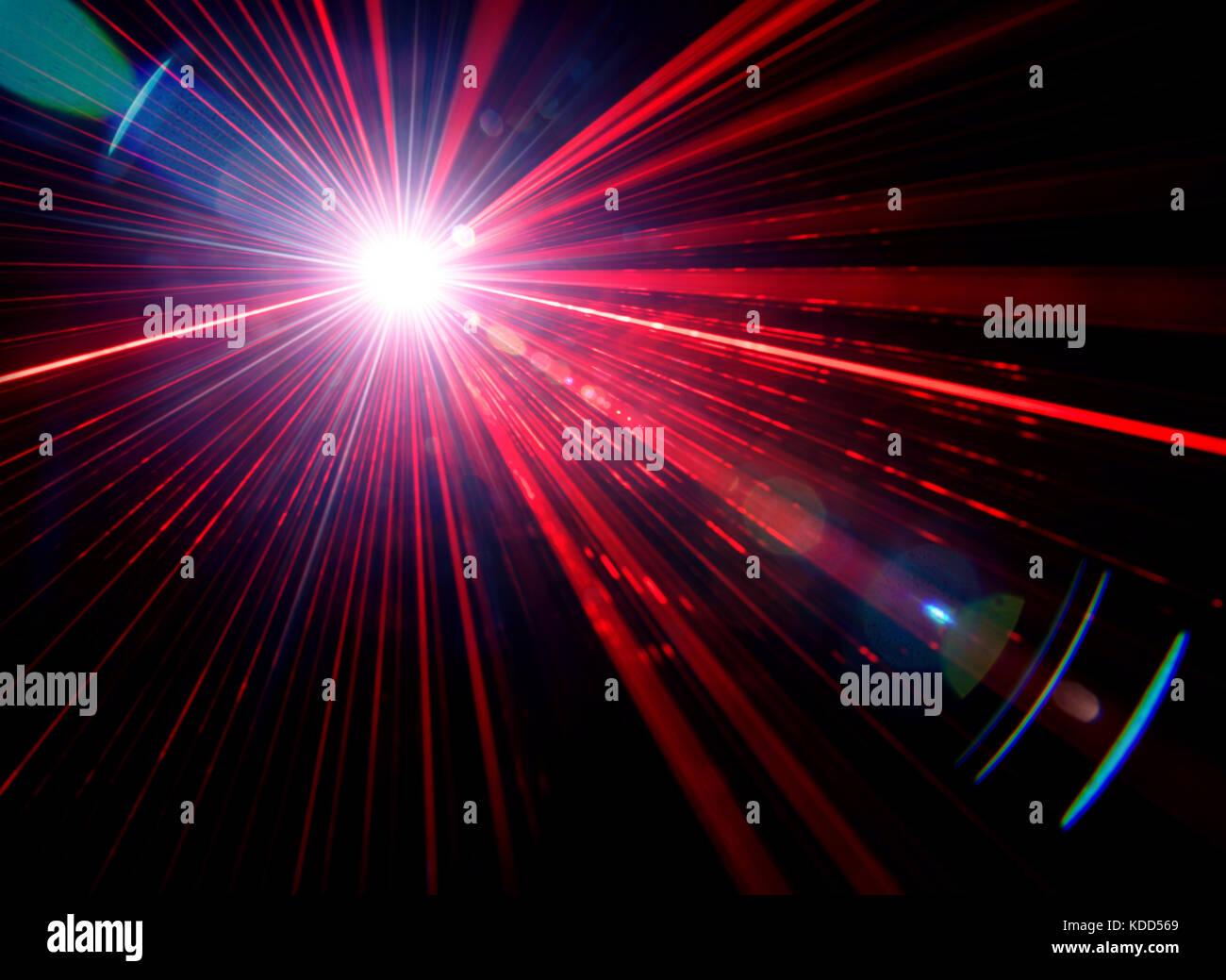Rote Bühne Lichteffekt mit Lens Flare auf schwarzem Hintergrund, Foto. Stockbild