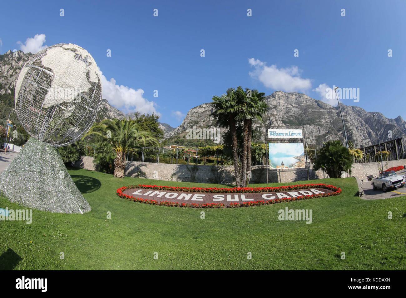 Hinweis in einer Gartenanlage von Limone sul Garda/der Gardasee (Lago di Garda) mit Fischlocker bilderbuchlandschaft Stockbild