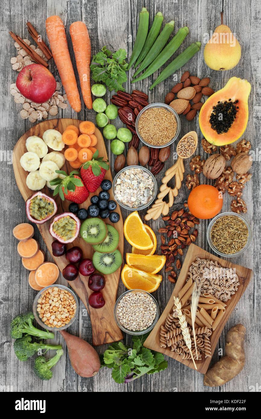 Health food konzept f r eine ballaststoffreiche ern hrung mit obst gem se getreide n sse - Obst und gemuseplatte fur kindergarten ...