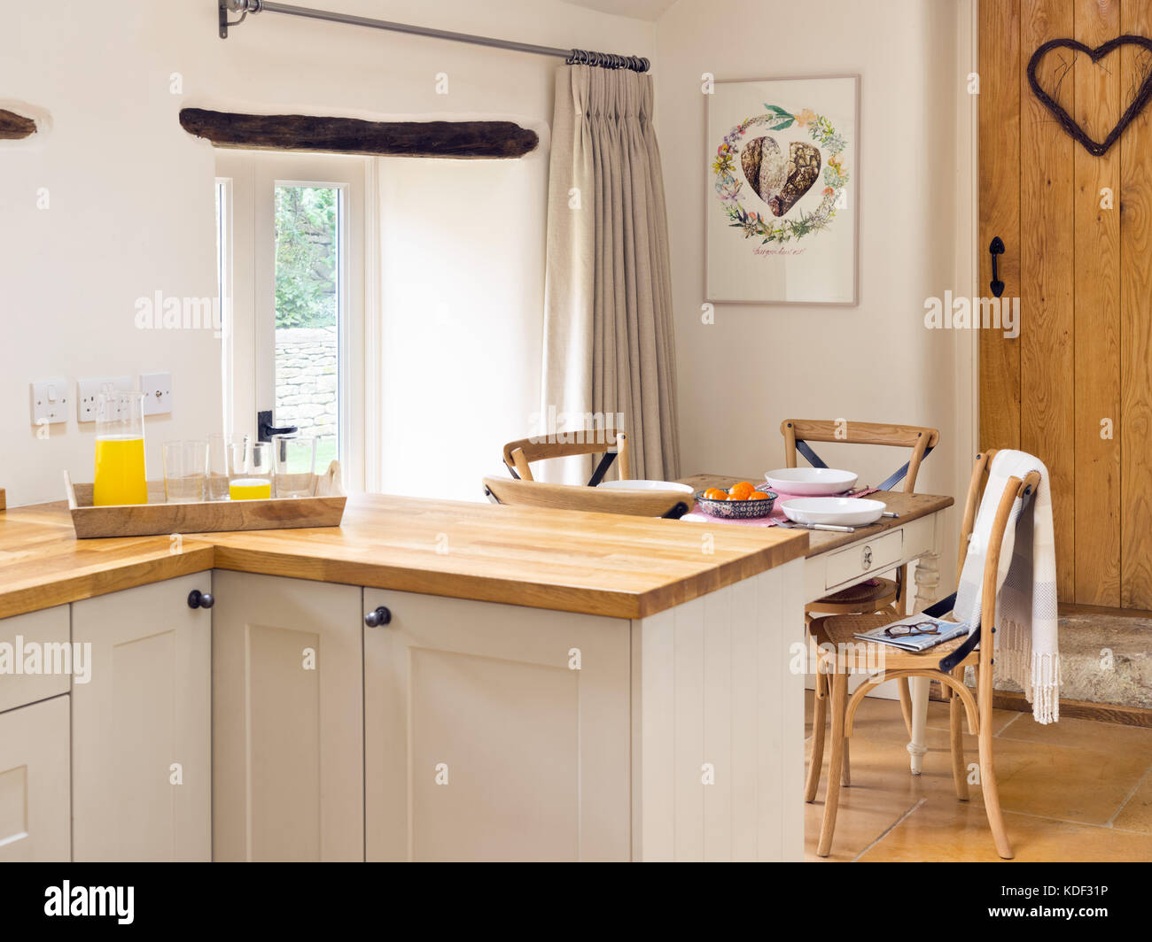 Eine Küche Essbereich, creme Shaker style Schränke ...
