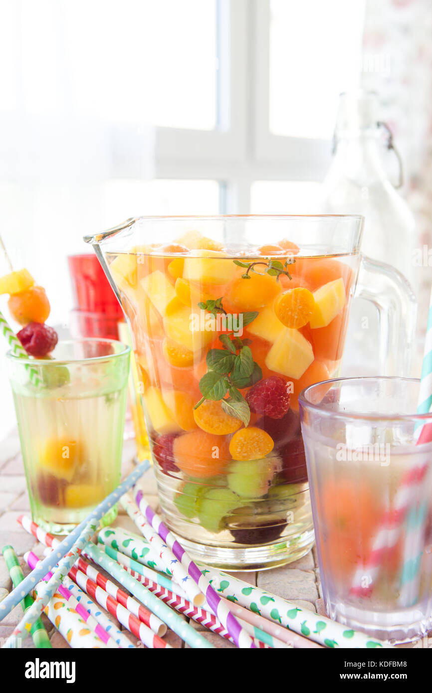 Hausgemachte Früchtebowle mit bunten Früchten und Minze Stockbild