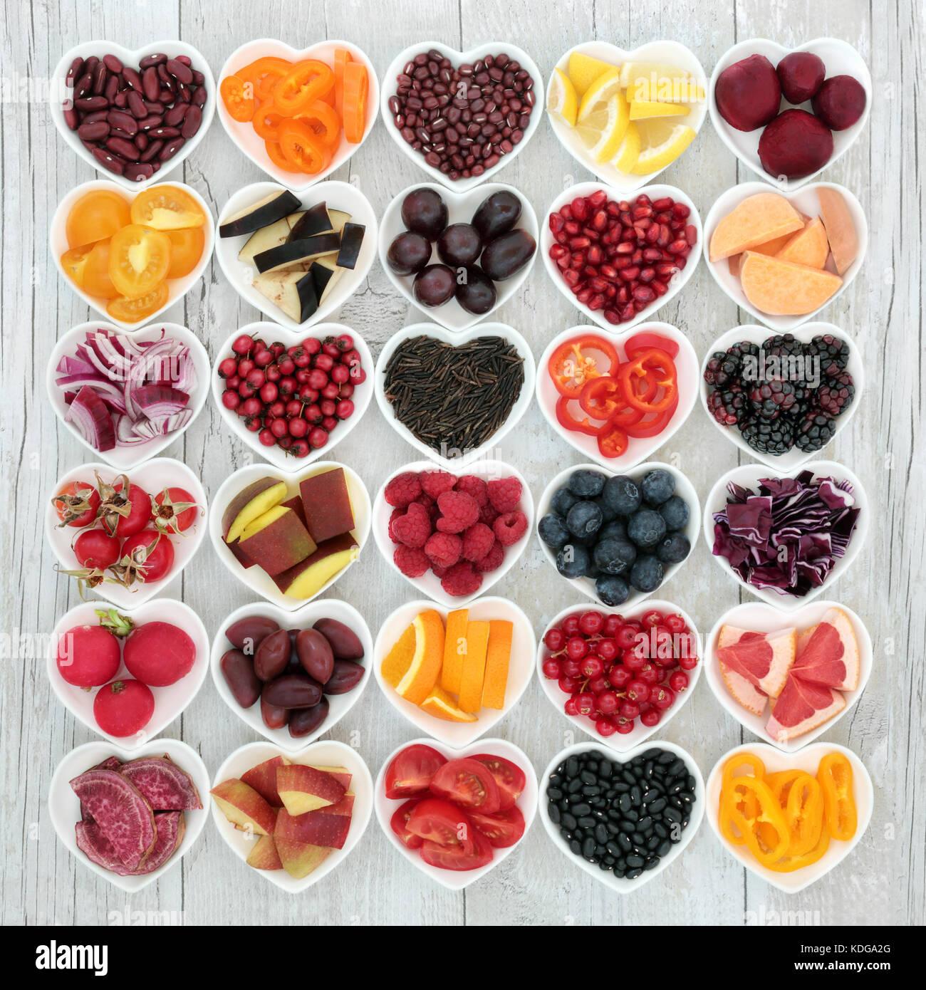 Das gesunde Essen super Essen gute Gesundheit mit Obst, Gemüse, Getreide und Hülsenfrüchte in Herzform Stockbild