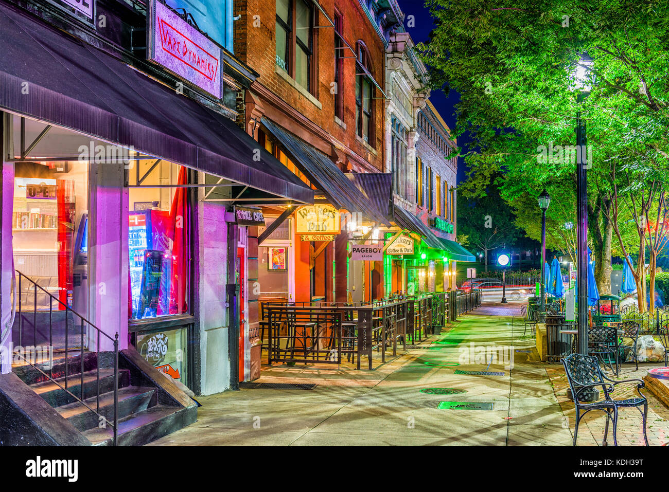 Athens, Georgia - 13. August 2017: Läden und Bars entlang College Avenue in der Innenstadt von Athen bei Nacht. Stockbild