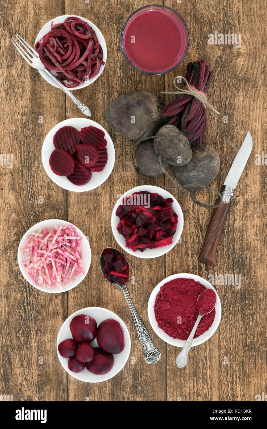 Rote Beete Gemüse Gesundheit Nahrung mit Smoothie Saft trinken, frisch, Pulver, in Scheiben geschnitten, gebeizt Stockbild