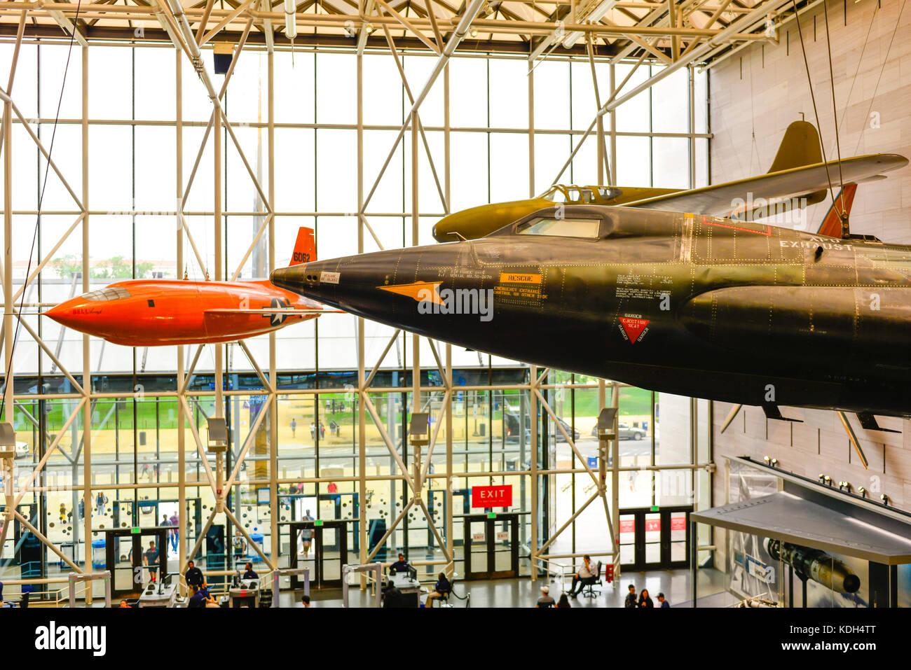 Experimentelle Sound Barrier test Flugzeuge und andere historische Flugzeuge hängen von der Decke des National Stockbild