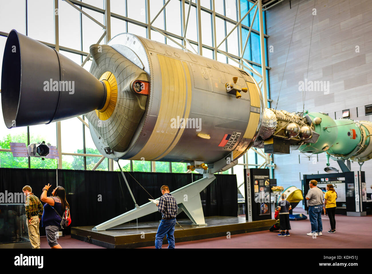 Besucher Innerhalb Des Smithsonian National Air Space Museum