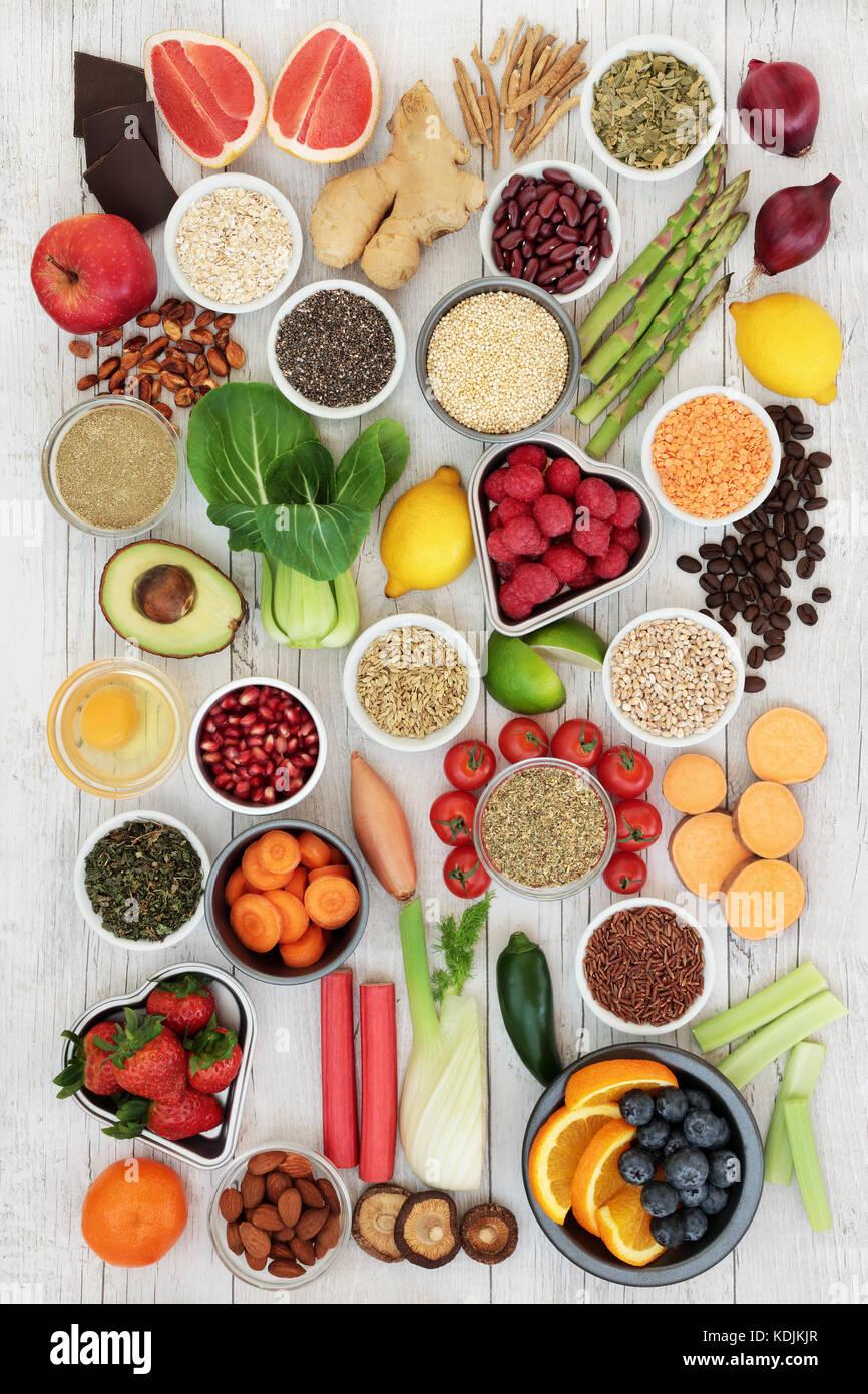 Diät super Lebensmittelzutaten mit Kräutern als Appetitzügler, Obst, Gemüse, Nüsse, Samen, Stockbild