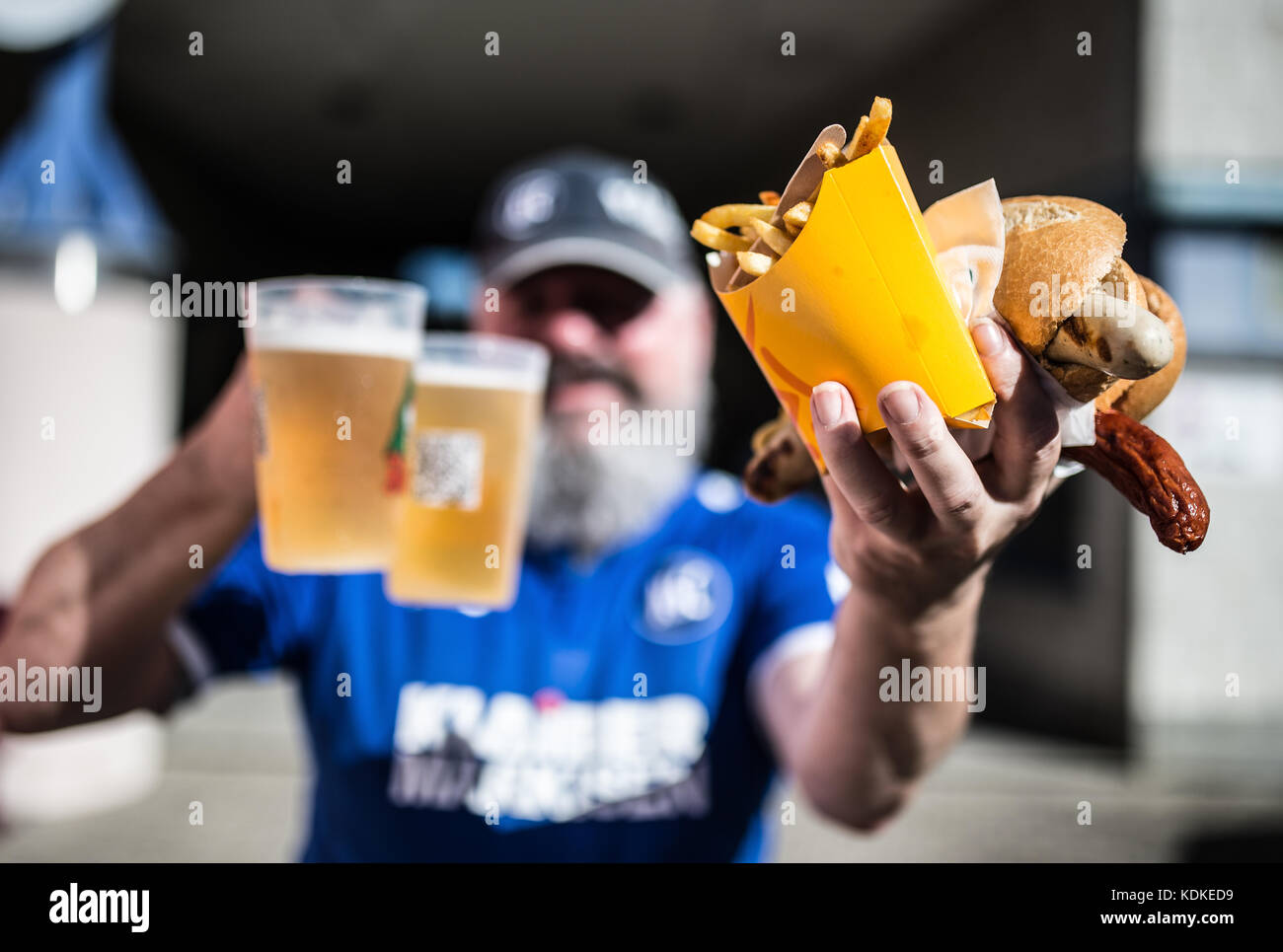 Karlsruhe, Deutschland. 14 Okt, 2017. Ksc-fan Heribert Dahms zeigt Bratwurst, Pommes frittes und Bier.-feature/schmuckbild/Hintergrund/hintergrundbild Stockbild