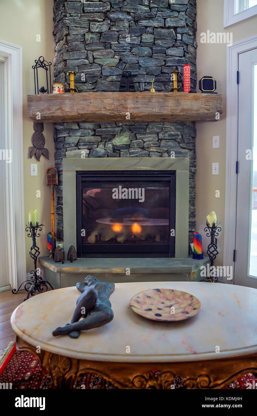 Modernes, Schickes Wohnzimmer Mit Einem Kamin Aus Stein Und Rustikalen  Mantel In Vermont, USA.