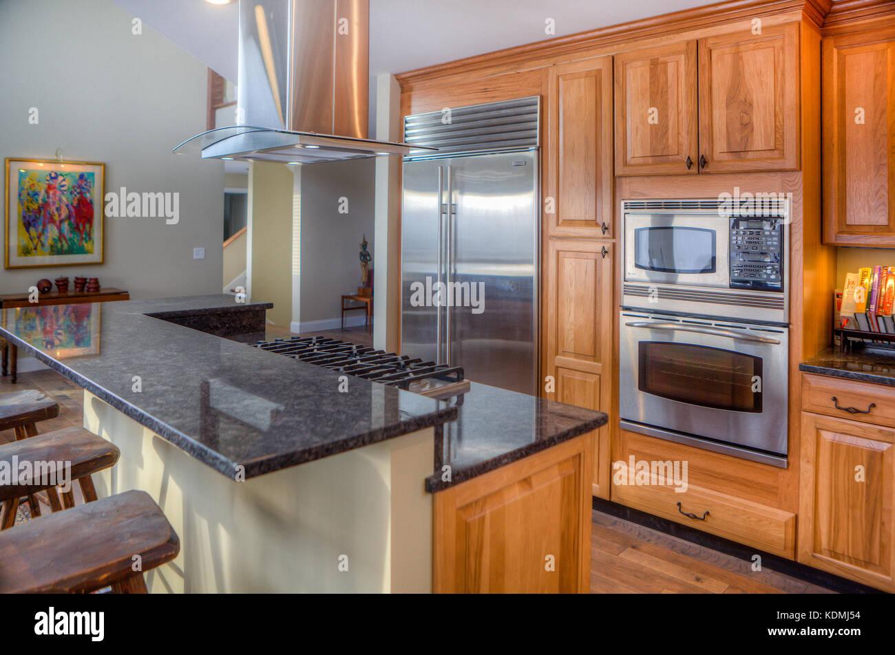 Küchengeräte aus Edelstahl in einem modernen, gehobenen Küche in ...
