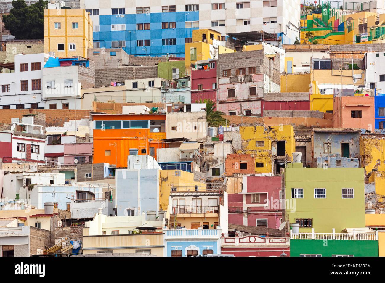 Bunte Häuser in einem Wohngebiet auf einem Hügel in las palmas de gran canaria Stockbild