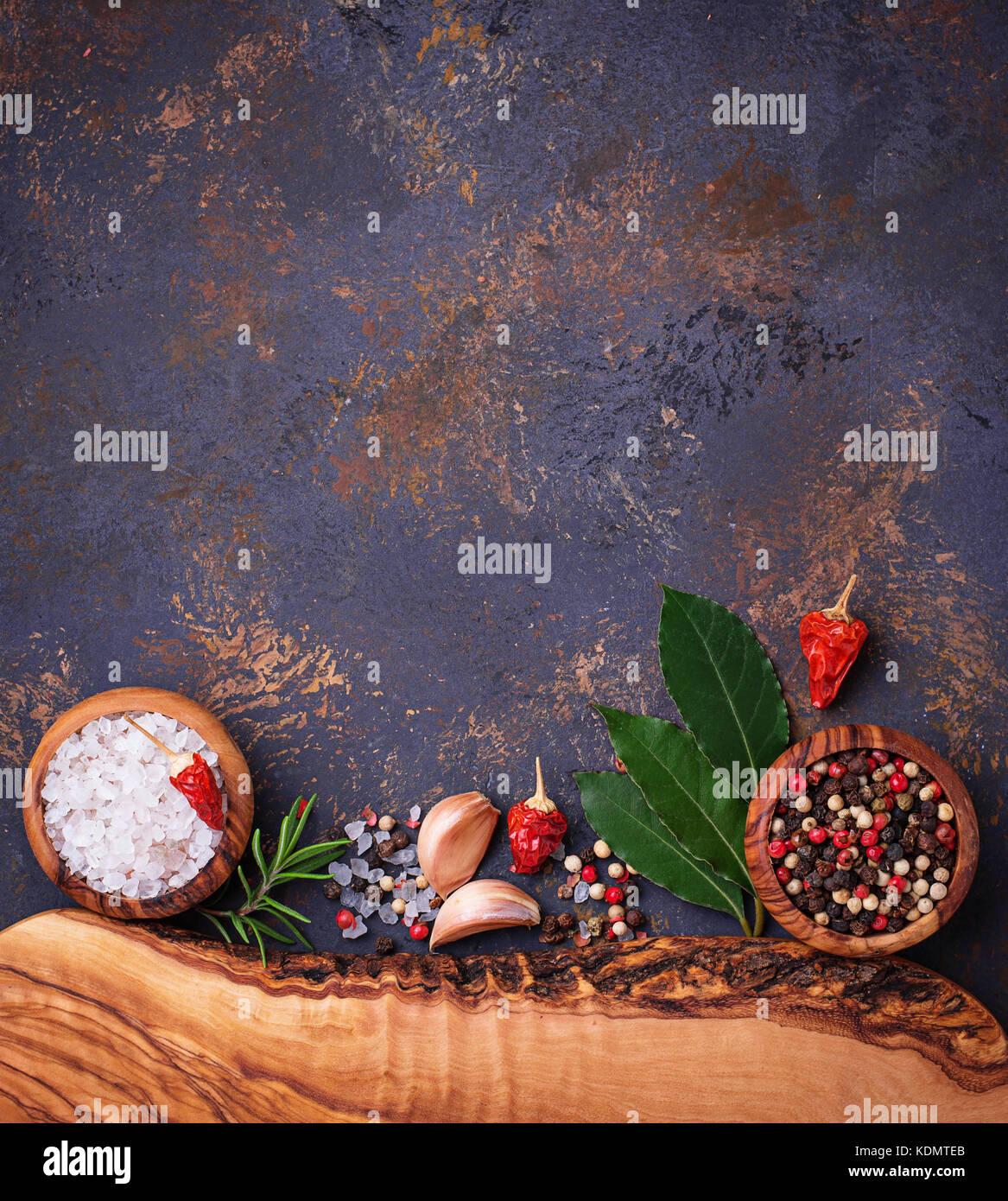 Schneidbrett mit Kräutern und Gewürzen. Stockbild